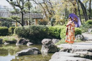 慶沢園の飛び石の上でポーズ