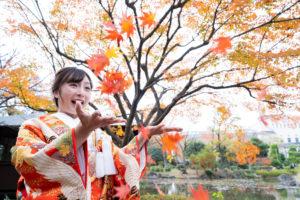 慶沢園で紅葉を投げて遊んでいる