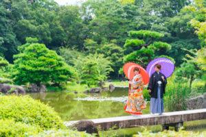 慶沢園の池の前