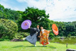 慶沢園の池前で傘で遊んでいる