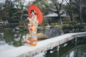 慶沢園の石橋の上でポーズ