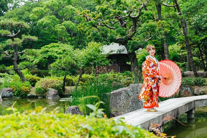 慶沢園の前撮りで新緑シーズンに傘を持っている