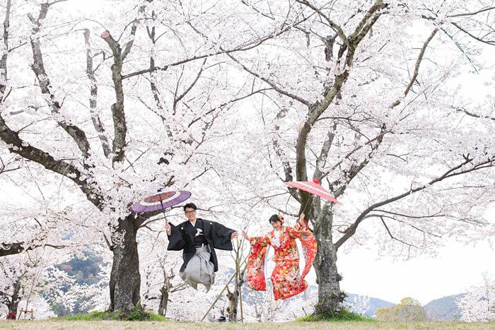 桜の下でジャンプ