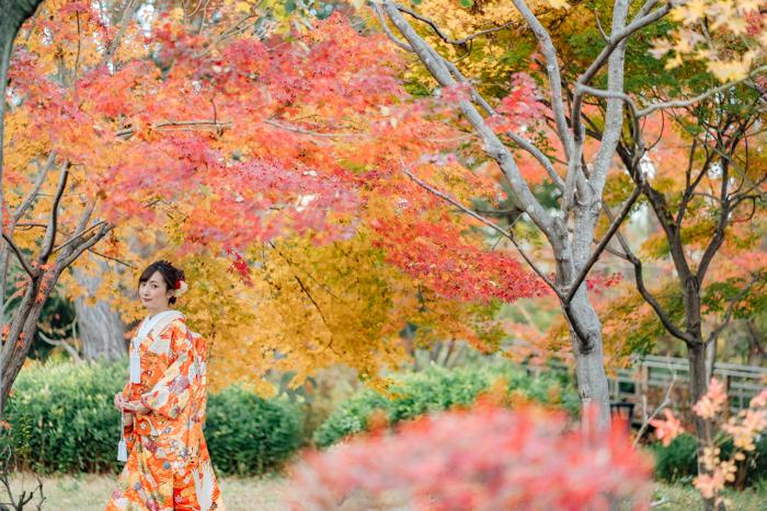 紅葉の藤田邸跡公園で和装前撮りソロショット
